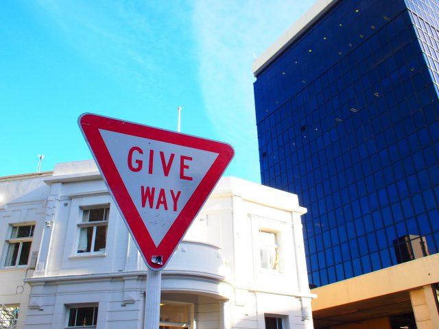 GIVE WAYの標識