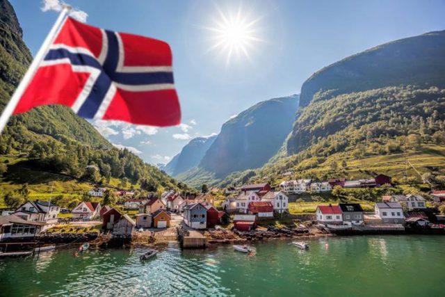 ノルウェーの国旗と街並み