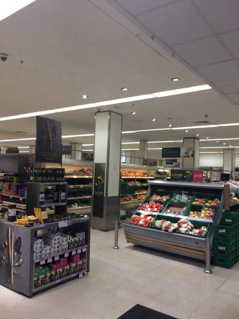 イギリスのスーパー、ウエイトローズの野菜売り場