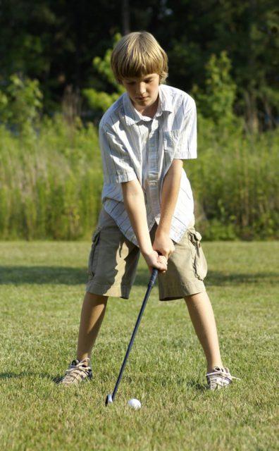 ゴルフをする子ども