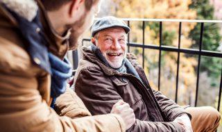 談笑する高齢者