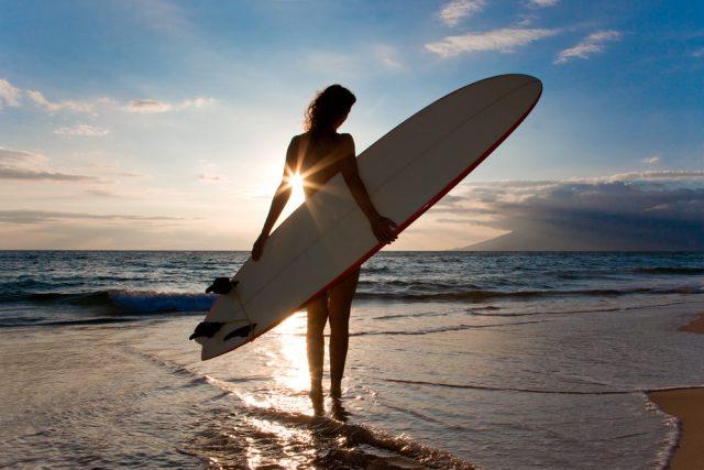 夕焼け女性サーファー