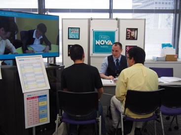 留学フェアで英会話講師と英会話体験