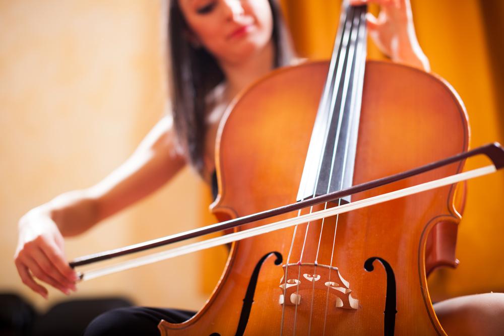 チェロを弾く女性