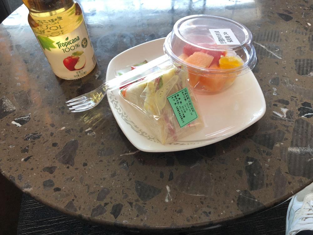 北京空港のラウンジの食事