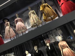 イギリス ロンドンでクリスチャンディオールの展示館のドレス
