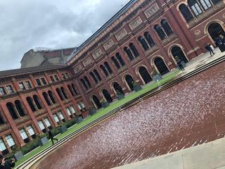 イギリス ロンドンのヴィクトリア&アルバート博物館の中庭