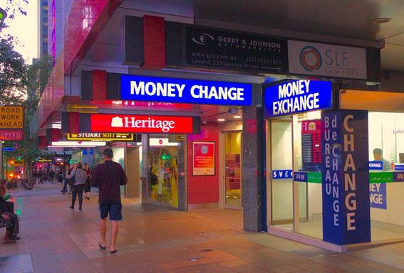 留学中、市内の両替所で外貨両替