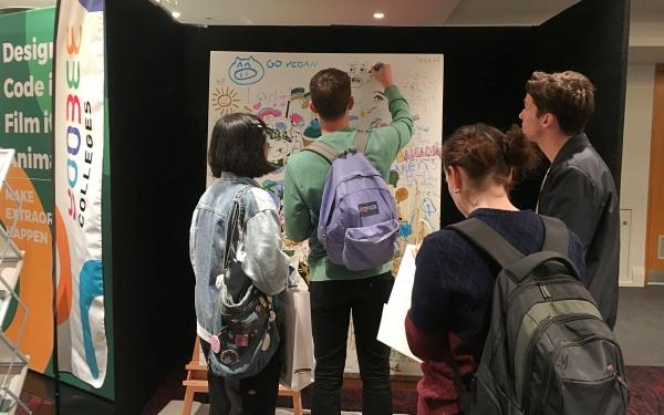 絵を描いたりできる芸術体験コーナー