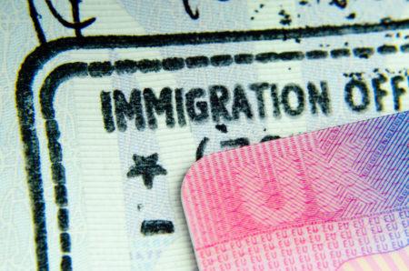 イギリスからヨーロッパに旅行へ行く際に、絶対に必須なものとは?