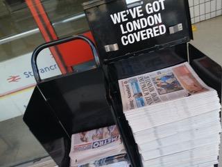 イギリスでは無料の新聞が毎日街中で配られる