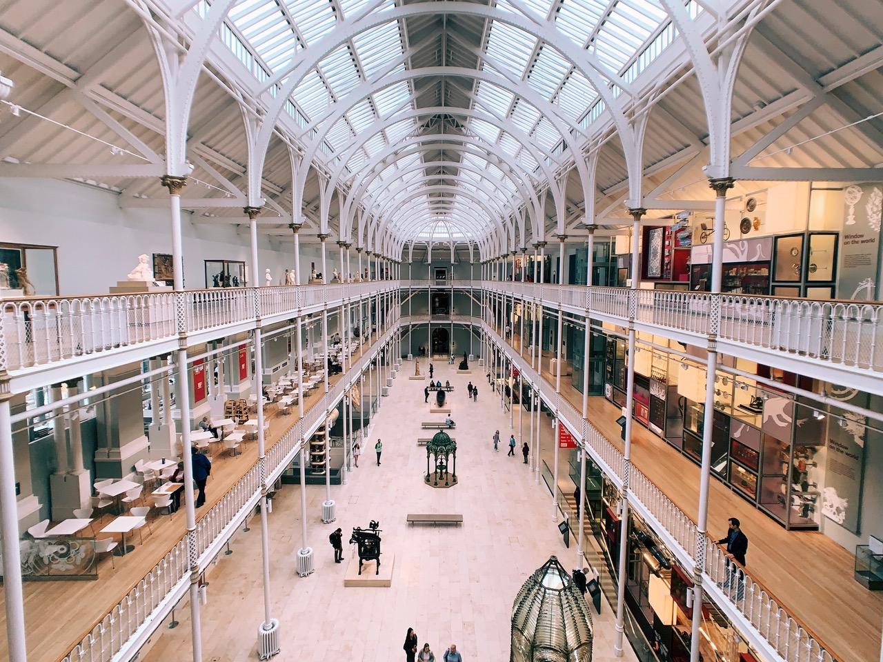 スコットランド国立博物館内の白い内装