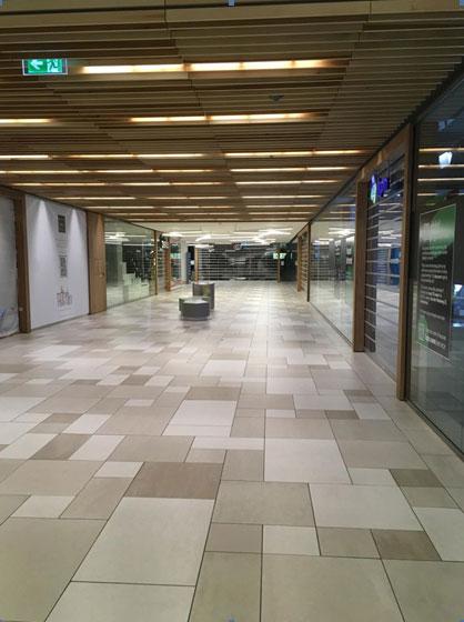 コロナウイルスの影響で人気のないオランダのショッピングセンター